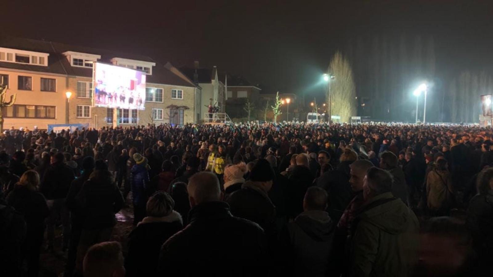 Mensenmassa aan de tent